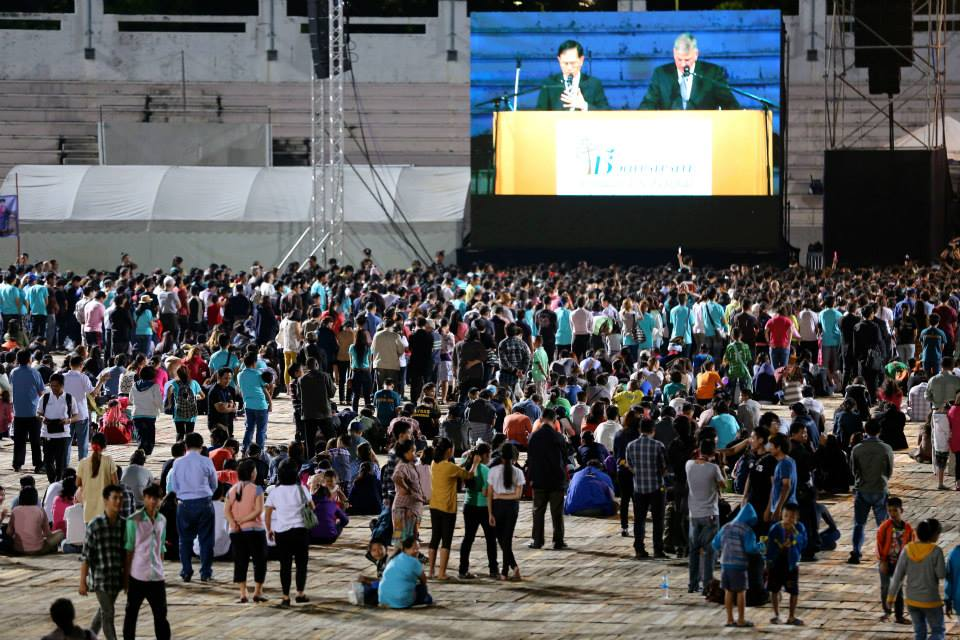 Franklin prayed with hundreds from Chiang Mai and beyond who walked forward to accept Christ.