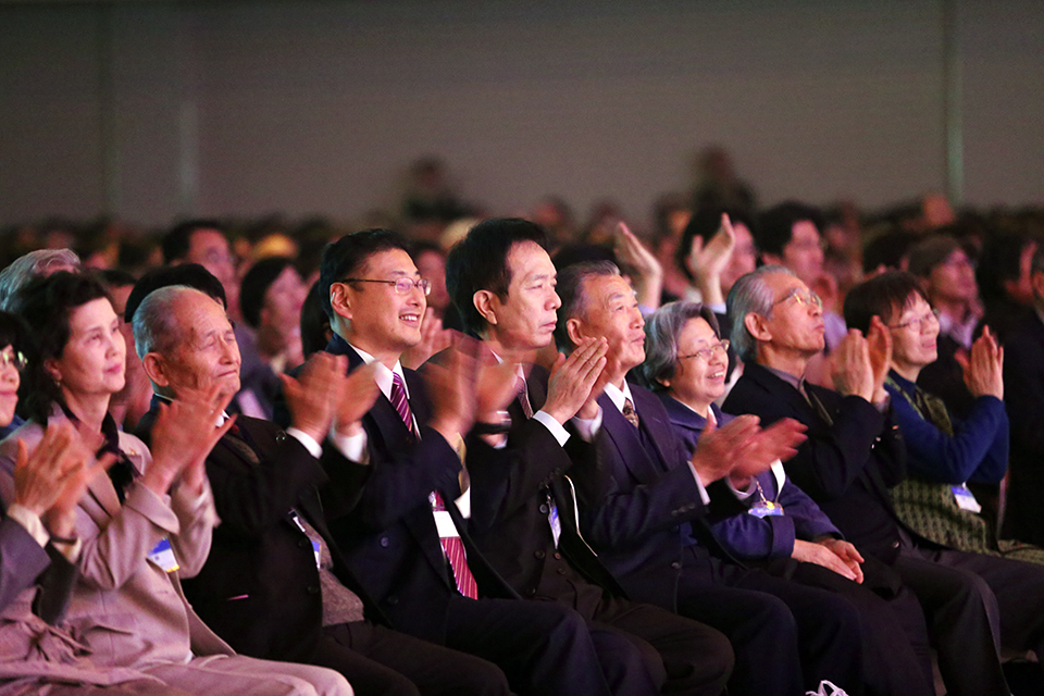 Local volunteers and church leaders applaud BGEA's work in Fukuoka.