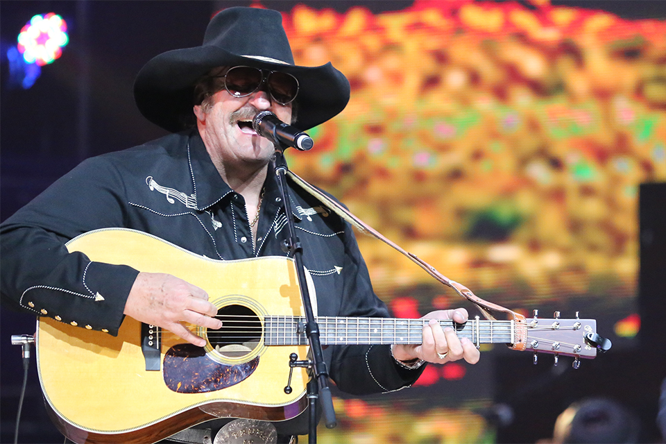 Dennis Agajanian whipped up the El Paso crowd with his quick picking.