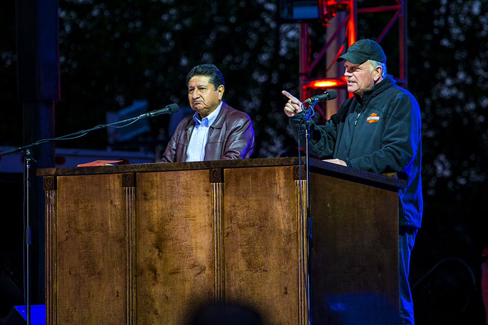 Franklin Graham and Galo Vasquez share the Good News of Jesus Christ in both English and Spanish Saturday night.