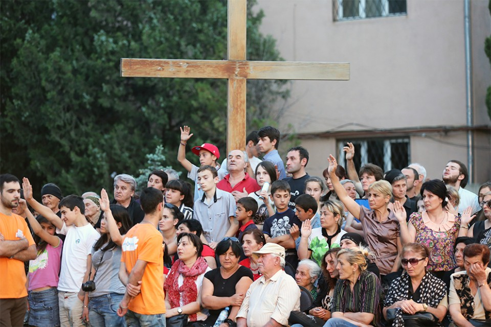 Franklin Graham asked anyone who wanted to commit their life to Christ at the Tbilisi Festival of Hope to raise their hands. Hundreds accepted the invitation.