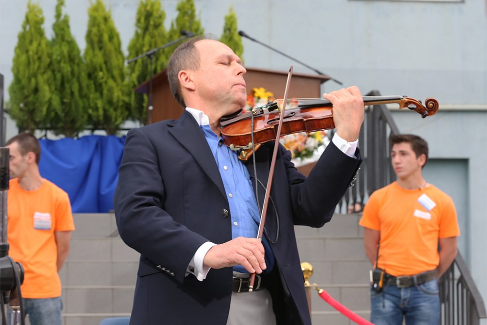 Violinist Sergei Popov of Finland brought a flair that excited the crowd.