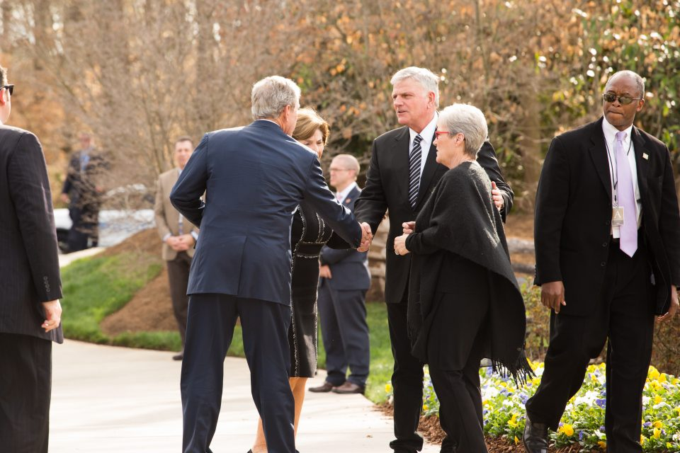 Franklin Graham and President Bush shake hands